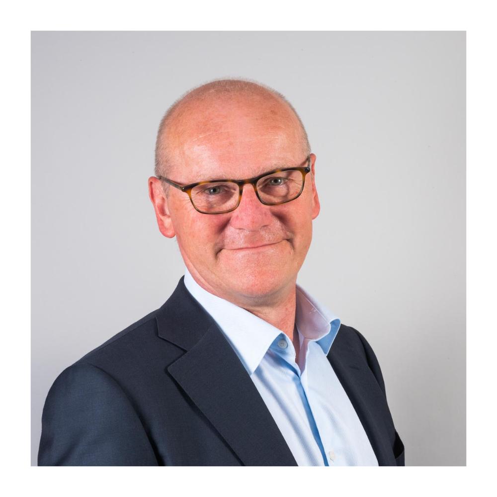 Tom Bos - Plaats vervangend directeur en hoofd Bedrijfsvoering