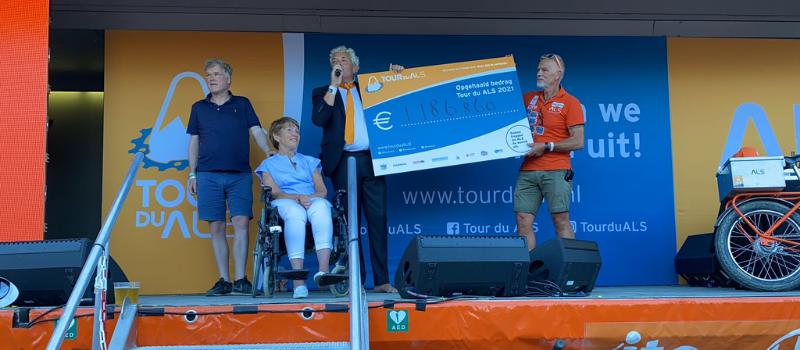 cheque uitreiking tjidens Tour du ALS op zaterdag 11 september