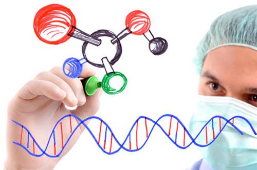 Onderzoeker tekent atoomsymbool en DNA op glas